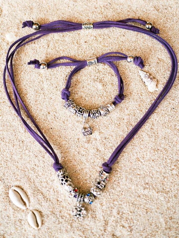 Conjunto de collar y pulsera de antelina morada con adornos de imitación a Pandora, cierre ajustable a la medida que quieras y bolitas plateadas en los extremos.