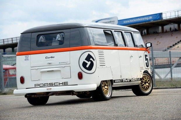 """Agora, sejamos honestos: o projeto, que levou quatro anos para ficar pronto — de 2002 a 2006 — é muito mais do que uma Kombi de primeira geração (a famosa """"corujinha"""" aqui no Brasil) com um flat-6 biturbo na traseira. Na verdade, Fred pegou toda a estrutura inferior de uma Transporter T3, geração mais recente (foi lançada em 1979), e o último Volkswagen equipado com motor traseiro, sendo produzida até 2002. Além disso, a carroceria recebeu teto de fibra de carbono, janelas laterais de…"""
