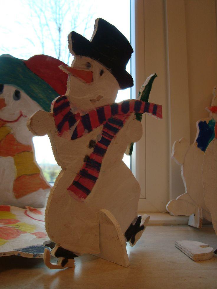 Figuur zagen De kinderen van groep 5/6 van OBS Woold hebben een sneeuwpop gemaakt. Zelf bedacht.