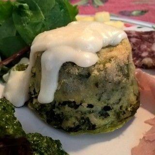 Tortino di spinaci servito con crema calda