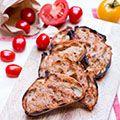 Een moeilijke naam voor een ontzettend gemakkelijk hapje op de barbecue. Tomaat, brood & look. Meer heb je niet nodig voor deze heerlijke apetizer.