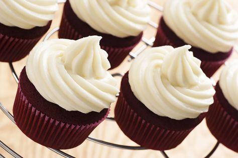 La crema per decorare i cupcake si chiama frosting: crema a base di formaggio fresco spalmabile, panna e zucchero a velo.