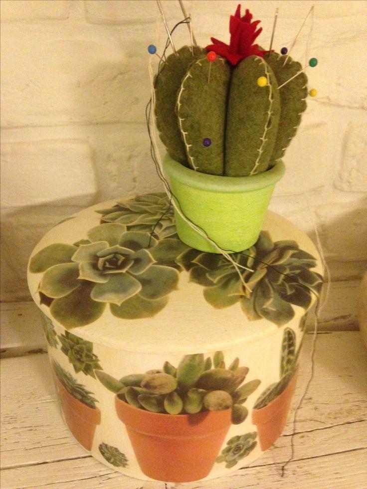 Scatola cucito realizzata a decoupage e portaspilli cactus