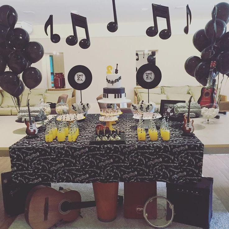«Ele é apaixonado por música, então o tema da festa de 2 anos não podia ser outro. Festa da música do Felipe. #felipe2anos #festadamusica #petitepartie»