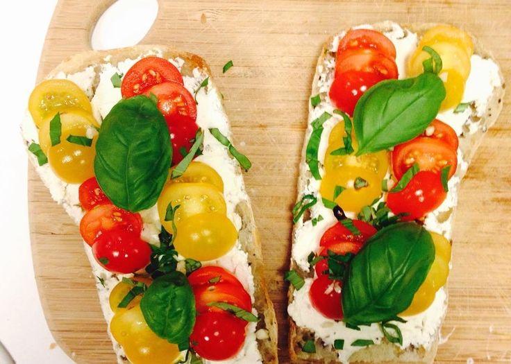 Ce temps estival se retrouve sur mes tartines   #enviedecouleurs #summertime #food #healthy #homemade  Une soirée pour créer une recette à base de tomates ou concombre de nos régions.  Vous trouverez bientôt ma petite recette sur le blog :) Vous aimez l'association tomate / basilic ? Moi j'adooore !  #enviedecouleurs #tomate #summer #food #homemade #healthy #goodtime #bruschetta #tomatoes #basil #lunch #lunchtime #basilic