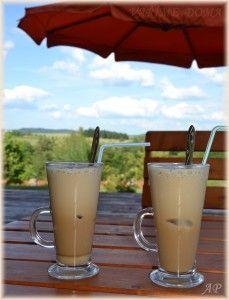 FRAPPÉ-2 kávové lžičky instantní kávy 2 kávové lžičky cukru (dle chuti) 100 ml studené vody 100 ml studeného mléka led do mixéru dáme všechny suroviny – můžeme dát i led a rozmixujeme. Místo mixování můžeme zvolit šejkr. Kávu nalijeme do sklenice s ledem a podáváme.