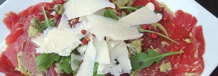 Platos elaborados con aceite de oliva. Carpaccio de ternera con AOVE Cornicabra de Casas de Hualdo.