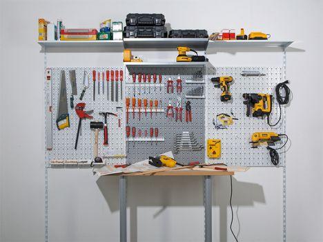 Platz für eine Werkstatt findet sich tatsächlich in der kleinsten Hütte, denn es gibt einen Königsweg: Systemwände, die viel Werkzeug griffbereit halten, und kleine, stabile Werktische, die für die Alltagsprojekte vollkommen ausreichen.