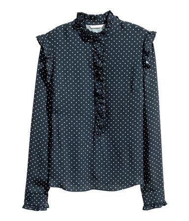 Donkerblauw/stippen. Een wijde blouse van geweven viscose met een halsboordje, een front en lange mouwen. De blouse heeft een volantrandje langs de