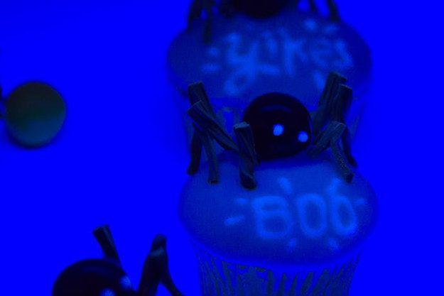 Servieren Sie eine beängstigende Nachricht Gäste in glow-in-the-dark bereift. | 17 Subtle Ways To Make Your Home Creepy AF
