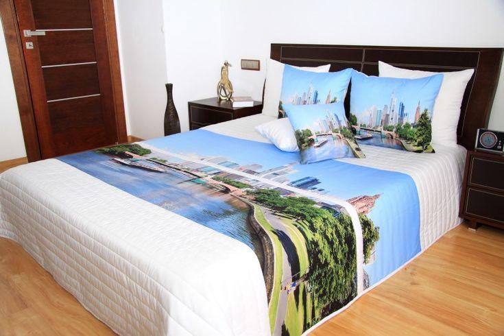 Bílo modrý přehoz na postel s velkoměstem a řekou