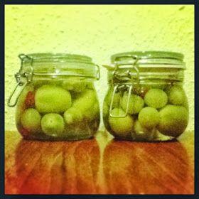 Der blev fire skønne glas med tomater - heraf to til mig selv...                     I vores have i andelsboligforeningen dyrker vi frilan...