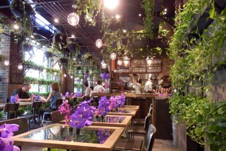 まさに都会のオアシス!フラワーショップ「Aoyama Flower Market」がプロデュースするカフェ「Aoyama Flower Market TEA HOUSE」で、バラのメニューを堪能してきました。