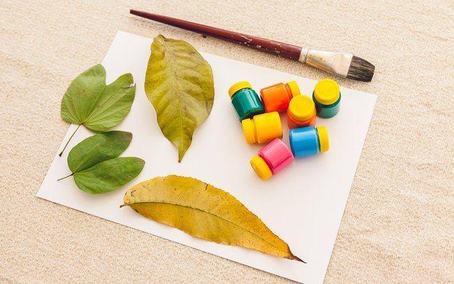 Técnica 'Carimbo de folha': você vai precisar de folhas de árvore diversas, pincel, tinta guache e papel canson. Foto: Edu Cesar