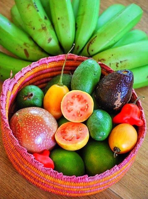 Color,color:aguacates,guayabas rosas y verdes,maracuyas,chile campanita y platanos verdes.
