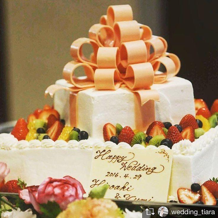 . #ウェディングケーキ も #フォトジェニック に# トップはボリュームたっぷりのチョコレートリボンそしてフルーツをふんだんに使って贅沢に゚ 女性ゲストのリアクションが楽しみになるケーキですね# . . #tiarawedding1995#amboel#ウェディングケーキアイデア#結婚式# 結婚式準備#式場見学#式場決定#結婚式準備中#ウェディングケーキデザイン #おいしい結婚式#ケーキ入刀#ウェディングケーキ入刀#ウェディングケーキトッパー #ファーストバイト#サンクスバイト#岡山式場#岡山結婚式#岡山花嫁#プレ花嫁 #プレ花嫁応援#全国のプレ花嫁さんと繋がりたい #ウェディングプランナー