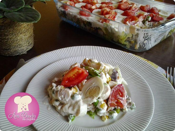 Salada em camadas - essa salada leva camadas de alface, frios, ervilhas frescas, palmito entre outros