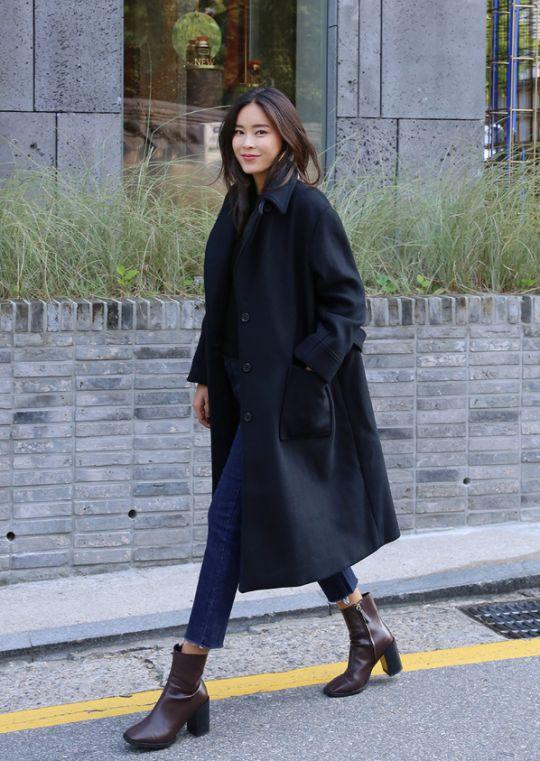 Minimalist women's style   monochrome   crop jeans   long coat   street style   fashion