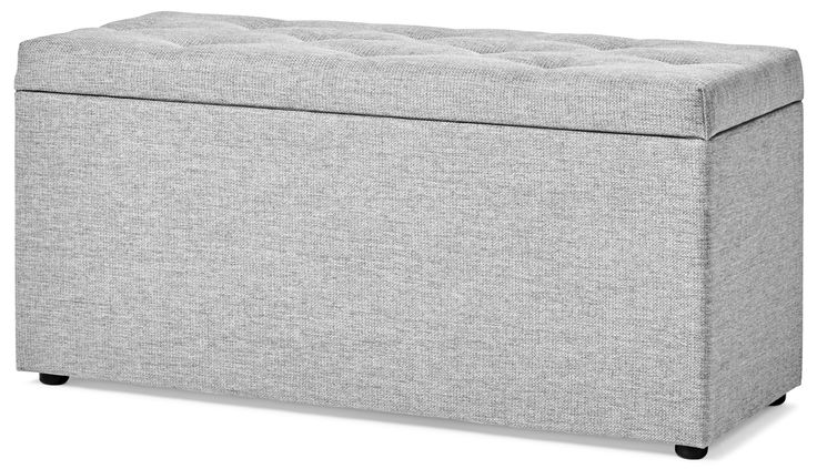 Roma sittbänk med stoppad och pikerad topp ger sovrummet en ombonad känsla. Sittbänken rymmer enkelt sängkläder, extra täcken och kuddar, eller annat som du vill förvara. Gasdämpning ger en mjuk öppning och stängning. Roma sittbänk är klädd i samma slitstarka tyg som många av våra sängar och huvudgavlar i samma serie, och passar därför extra bra till dem.