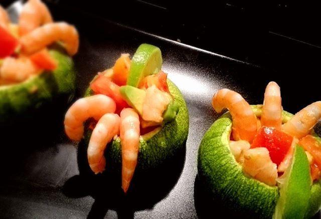 Zucchini with shrimp, avocados, orange and ginger Gamberi in coppa di zucchine tonde con insalata di pomodoro costoluto, arancia tarocco, zenzero e scorza di lime #panecioccolatablog #glutenfree #instafoodie #foodie #food #cibo #senzaglutine #fusion #shrimp #mazzancolle #gamberi #tarocco #nofilter #zucchini #zucchine