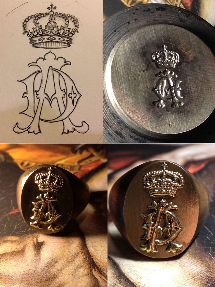 """Un interessante lavoro. Anello in oro bianco con stemma a vista. L'anello è stato realizzato creando, tramite incisione, prima il punzone in acciaio e poi """"coniando"""" l'anello.  Una tecnica antichissima ma pienda di fascino, ideale per piccole serie """"familiari"""""""