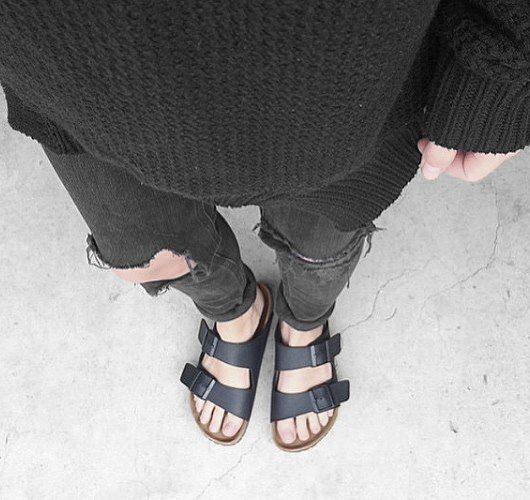 sturbock Veröffentlicht von Marcel Petermann Seite gefällt dir · 16 Std. · Bearbeitet · Jeder, der schon mal das Vergnügen hatte, einen Birkenstock-Schuh zu tragen, wird nie wieder eine andere Sandale an seinen Fuß lassen! Ein stilistischer Minimalist – zwei Riemen, zwei Schnallen: fertig! Hier entdecken und shoppen: http://sturbock.me/K4J
