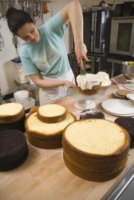 Como fazer uma cobertura de bolo que parece acolchoada | eHow Brasil