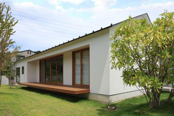 ゆったりとした敷地の中でコンパクトに住まう。ちょっぴり北欧テイストでシンプルな切妻の平屋。