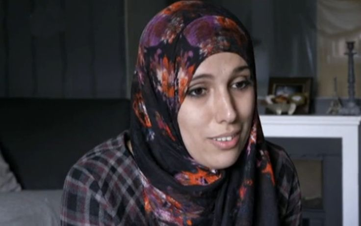Layla legt haar leven dagelijks vast op beeld, door middel van haar eigen videoblog. Met duizenden volgers vindt zij dat je als Marokkaanse jonge vrouw vooral moet doen waar jij jezelf goed bij voelt. Ze hoopt dat ook haar dochter zo in het leven gaat staan. Als professioneel fotograaf legt Hamida ook vele mensen vast. Haar moeder keurt deze beroepskeuze helaas af, aangezien de islam volgens haar onnodig fotograferen verbiedt. Hoe gaat Hamida met deze tweestrijd om en hoe staan de ouders van…