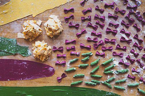 Готовим с детьми: приготовление пасты  Готовим с детьми? - Это важно, не только вместе есть за семейным столом, но и вместе готовить! Приготовление пасты - простой процесс, делаем пасту с нуля, да еще цветную пасту!  Несомненно, детям это понравится, уж очень они любят возиться с тестом, а цветная паста - яркое, красивое блюдо!  Мастер-класс Готовим с детьми: приготовление пасты
