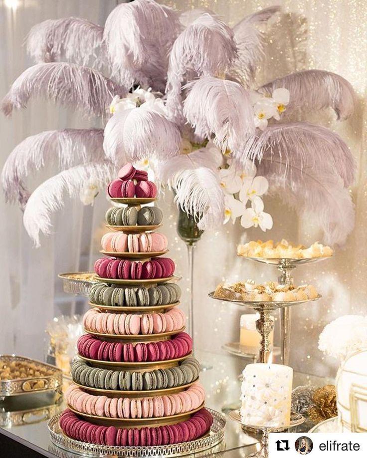 Mais uma foto tão linda que recebemos dos nossos macarons! #maymacarons #macarons #macaronspersonalizados #torredemacarons  #Repost @elifrate  Torre de Macarons p um toque a mais de desejo na mesa de doces !!  Composição retrô ao lado de imensos arranjos com plumas e orquídeas naturais p a festa Anos 20 de @nilcehansford !! White and Gold luxe for my client's Bday Party #GreatGatsbyparty  Photo  @rramalhofotos  Projeto e decor @elifrate  Bolo e doces @lufrate  Bases de prata @kirafestas…