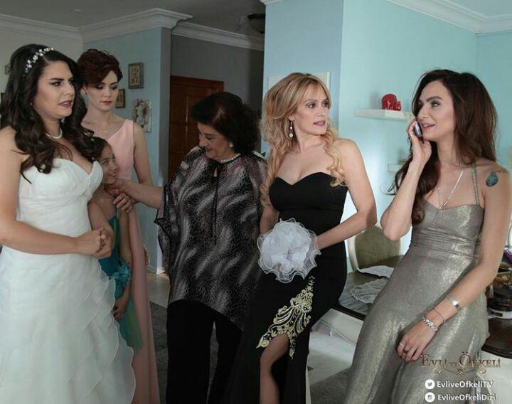 Evli ve Öfkeli final bölümünde yer alan @Ebrucundubeyoglu'nun siyah Alchera elbisesi.   www.alchera.com