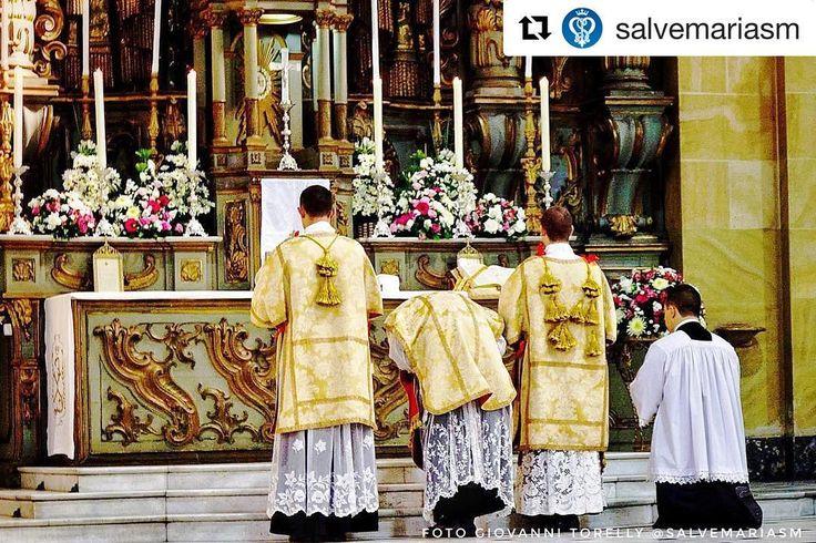"""#Repost @salvemariasm (@get_repost)  """"Padre Pio de Pietralcina dizia: """"O Sacerdote ou é um Santo ou é um demônio."""" Ou santifica ou arruína. E que desastre incalculável não provoca o Sacerdote que profana a sua vocação com um comportamento indigno ou que a calca aos pés de uma vez ao negar o seu estado de consagrado e eleito do Senhor?""""  Giovanni Torelly @ggty"""