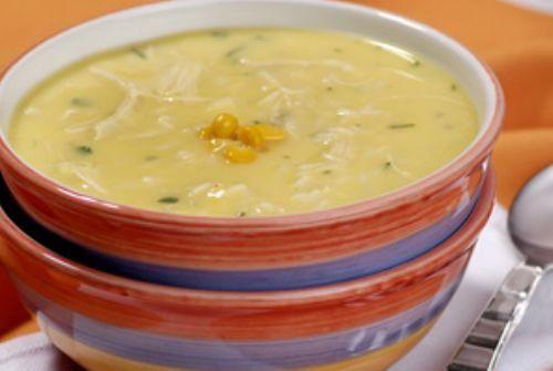 Sopa cremosa de milho com frango.
