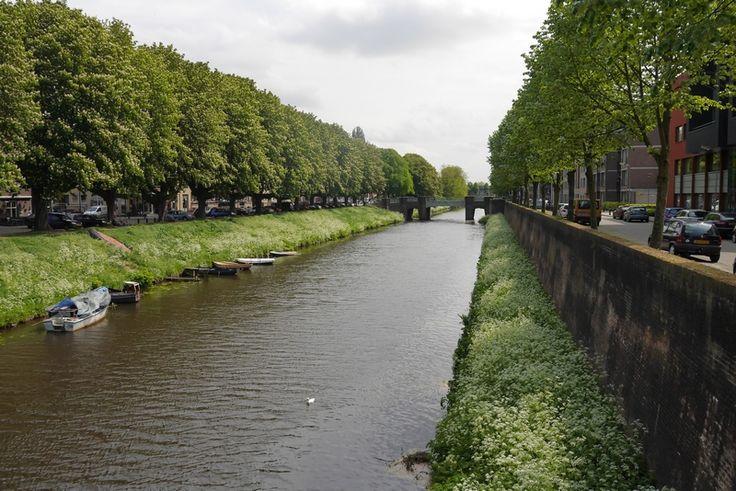 De rivier de Aa stroomt door 's-Hertogenbosch. Met op de zuidwestoever de oude vestingwal.