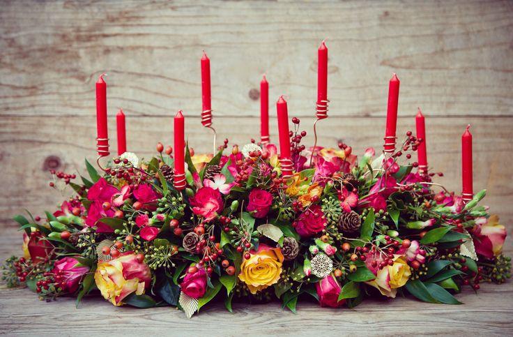 Kerststuk met 'zwevende' kaarsen - Christmas centerpiece with 'hovering' candles #centerpiece #tafelstuk #bloemen #bloemstuk #flowers #floralarrangement #flowerarrangement #christmas #kerst #kerstmis #rozen #roses #kaarsjes #candles