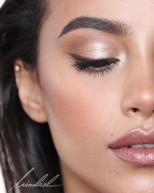 Brown eyeliner can create a more natural eye with a minimal make-up look. #browneyel