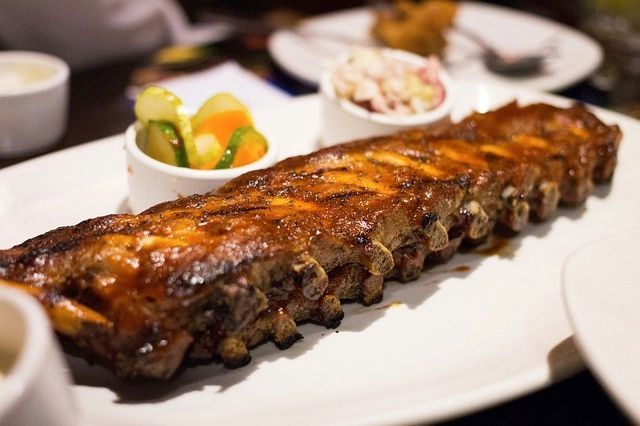 Las costillas son un corte del cerdo que contiene las partes óseas de la caja torácica, presentando, de manera alterna, carne y hueso. Lo habitual es coci
