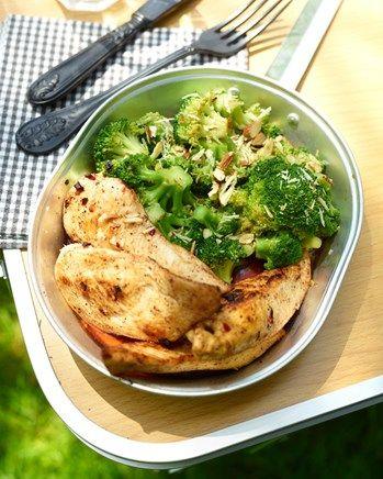 Kip met broccolisalade en geroosterde amandelen