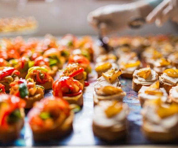 Como calcular a quantidade de comida por pessoa, para dar tudo certo na sua festa!