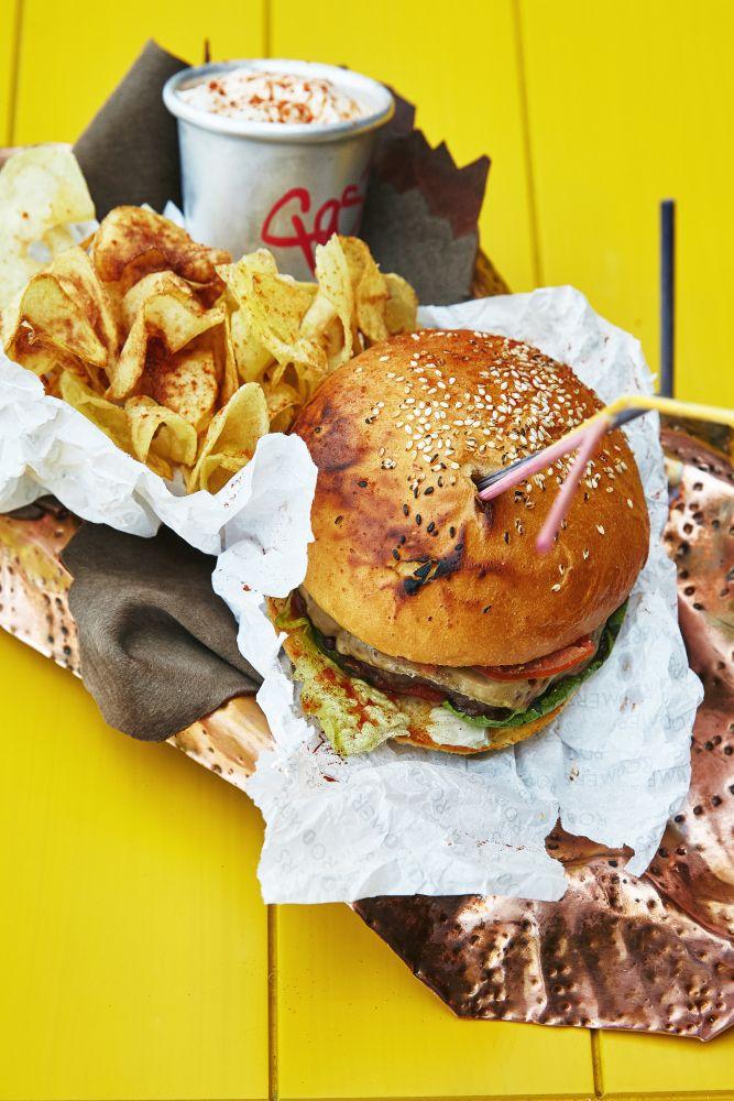 Наш сочный бургер на крыше #burger #gastronomika #ginzaproject #yellow #food #love #yummy