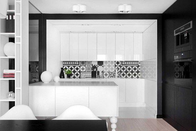 Bếp trắng tối giản được trang trí với các họa tiết hình học đen, trắng sơn mài – một kiểu thiết kế phổ biến từ môt kỷ nguyên xa xôi