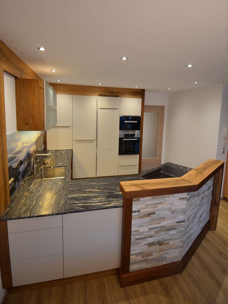 Tischlerkuche In Eiche Altholz Mit Einer Granit Arbeitsplatte Und Einer Glasruckwand Mit Digitaldruck Altho Granit Arbeitsplatte Arbeitsplatte Wohnung Kuche