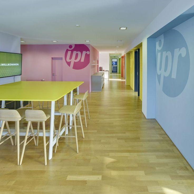 Farbenfrohe Referenz – Realisierung eines komplexen Farbkonzepts für die Bürogestaltung einer Werbeagentur in Hannover  #Logoeinbindung #Gestaltung #Typo