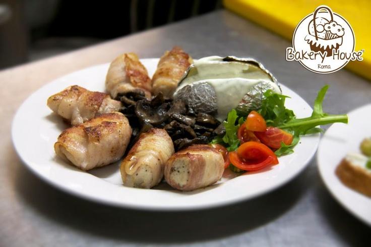 Bakery House Roma -   Teneri bocconcini di pollo arrotolati con una fetta di bacon e una foglia di salvia ripassati in padella con olio extra-vergine d'oliva accompagnati da un contorno di funghi champignon e  una patata al cartoccio con condimento a scelta. http://www.urbis360.com/cucina-americana-roma/  #roma #cucina #food #dolci #ristoranti #italia