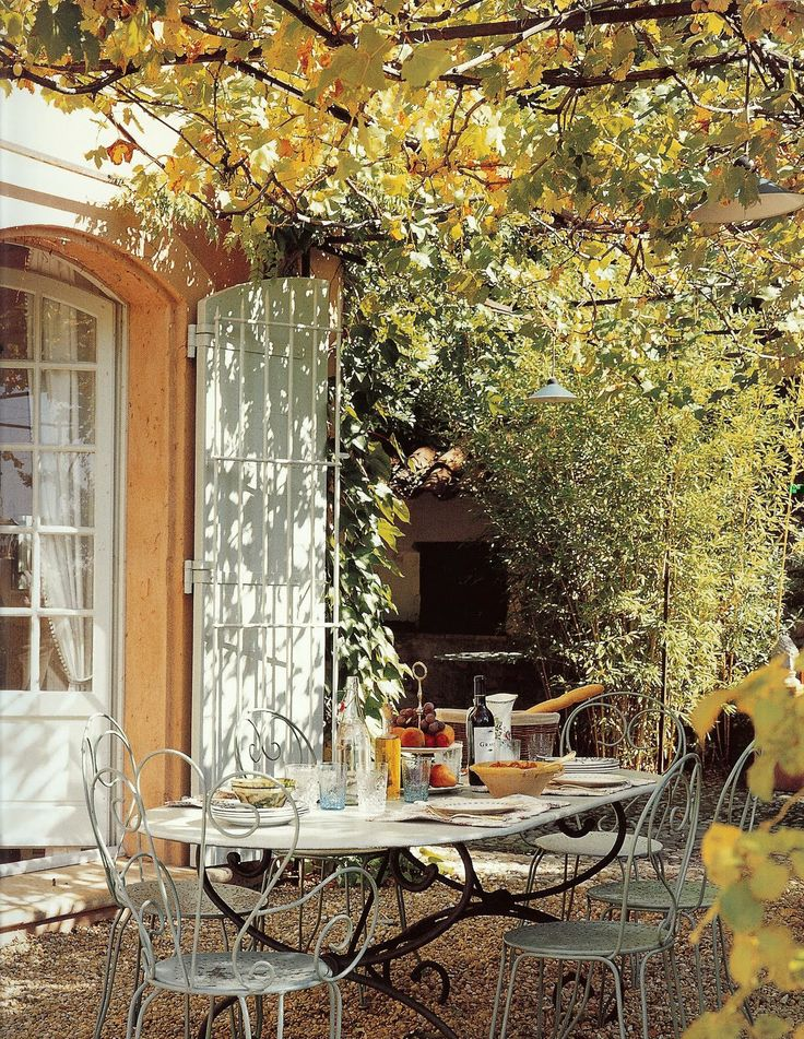 I've always loved outdoor dining on gravel patio under the trees - very French!