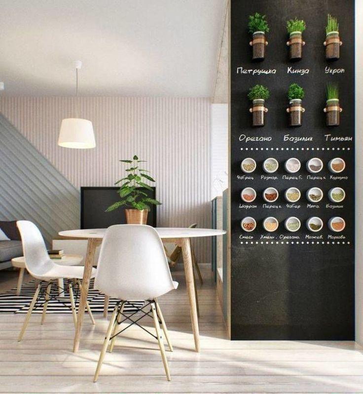 На стене в кухне мы создали магнитно-грифельную поверхность для удобного хранения специй. Здесь же разместились банки со съедобной зеленью (базилик, укроп, кинза), которые крепятся к стене при помощи хомутов.