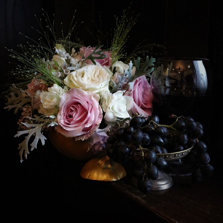 #pastel #pumkin #flowersinapumkin #flowers #fall #inlove #october #autumn #grapes #wine #winelover #floraldesign #ohara #roses #davidaustin #davidaustinroses #gold #silver #details #dovleac #dovleaccuflori #floriindovleac #vin
