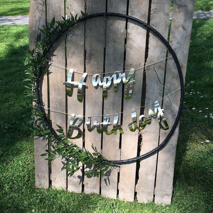 DIY: Hoepel met letters en bloemen voor je bruiloft of verjaardag. Meer op de site >> Foto: Shot by Marlot