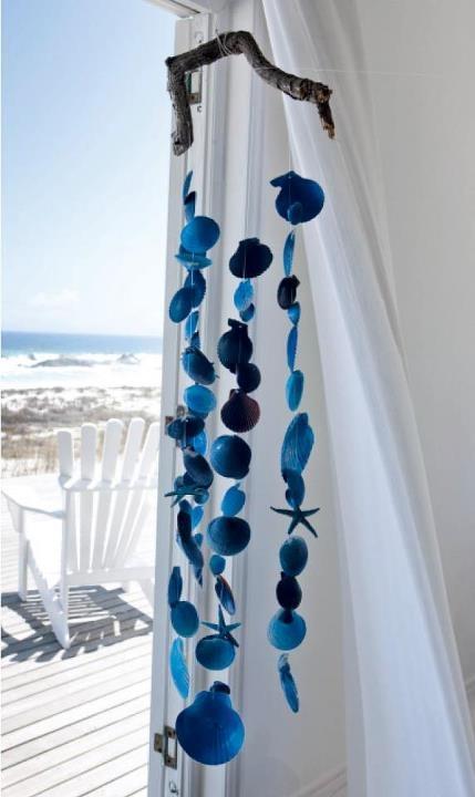 Vrátili jste se z dovolené s hromadou mušlí? Chcete si připomínat provoněnou a prosluněnou letní pláž každý den? Vyrobte si jednoduchou závěsnou dekoraci, která se krásně rozpohybuje pokaždé, když projdete kolem:-)